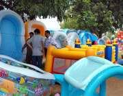 اسلام آباد: وفاقی دارالحکومت میں شہری بچوں کے لیے پلاسٹ کے بنے سوئمنگ ..