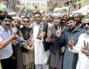لاہور: مسلم لیگ (ن) کے قائد محمد نواز شریف اور مریم نواز کا استقبال کرنے ..