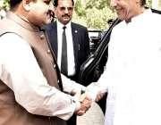 لاہور: وزیر اعظم عمران کا وزیر اعلیٰ ہاؤس آمد کے موقع پر وزیر اعلیٰ ..