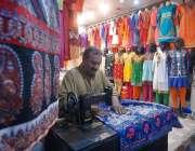 راولپنڈی: عید الفطر کی آمد کے موقع پر درزی کپڑوں کی سلائی میں مصروف ..
