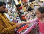 سرگودھا: عید الفطر کے پیش نظر ایک بچے چوڑیاں خرید رہی ہے۔