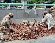 فیصل آباد: معمر مزدور روڑی کوٹ رہے ہیں۔