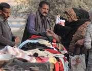 اسلام آباد: خواتین ریڑھی بان سے گرم کپڑے خرید رہی ہیں۔