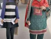 لاہور: پنجاب اسمبلی کے اجلاس میں شرکت کے بعد خواتین اراکین واپس جار ..