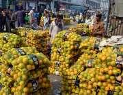 لاہور: فروٹ منڈی میں دکانداروں نے گاہکوں کو متوجہ کرنے کے لیے کینو سجا ..