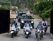 سرگودھا: پولیس امن و امان کی صورتحال کو برقرار رکھنے کے لیے شہر میں ..
