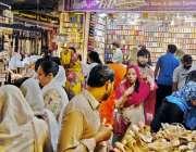 راولپنڈی: کمرشل مارکیٹ میں خواتین عید کی خریداری کر رہی ہیں۔