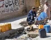 کوئٹہ: پانی کی قلت کے باعث ایک شہری پینے کا پانی پلاسٹک کے کین میں بھر ..
