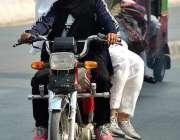 ملتان: نوجوان لڑکی موٹر سائیکل چلا رہی ہے۔