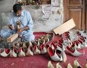 ملتان:کاریگر روایتی انداز سے کھسے تیار کر رہا ہے۔
