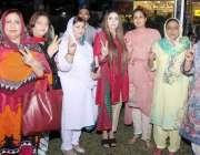 لاہور: تحریک انصاف خواتین لبرٹی میں عمران خان کے وزیراعظم بننے پر وکٹری ..