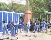 لاہور: موسم گرما کی تعطیلات کے بعد سکول دوبارہ کھلنے پر طالبات چھٹی ..