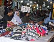 لاہور: عید کی تیاریوں میں مصروف شہری کپڑے خرید رہے ہیں۔