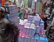 راولپنڈی: اردو بازار میں مزدور ریڑھے سے کتابیں سٹور میں منتقل کر رہا ..