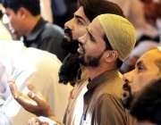 ملتان: شہری رمضان المبارک کے دوسرے جمعہ کی نماز ادا کرنے کے بعد دعا ..