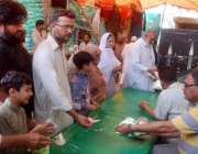 لاہور: باغبانپورہ رمضان بازار میں شہری سٹال سے چینی خرید رہے ہیں۔