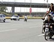 اسلام آباد: موٹر سائیکل سوار ہائی وے پر خطرناک انداز سے سفر کر رہے ہیں ..
