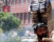 راولپنڈی: محنت کش سر پر مسواک و دیگر اشیاء اٹھائے مری روڈ پر گھوم پھر ..