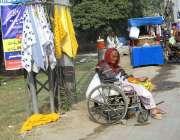 فیصل آباد: معمر خاتون گھر کی کفالت کے لیے وہیل چیئر پر بیٹھی ڈسٹر فروخت ..