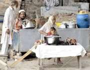 لاہور: دریائے راوی کے کنارے کھانے کے سٹالز لگے ہیں۔