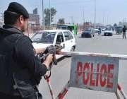 پشاور: محرم الحرام کے موقع پر پولیس اہلکار چیک پوسٹ پر الرٹ کھڑا ہے۔