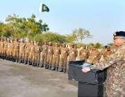 سندھ: آرمی چیف جنرل قمر جاوید باجوہ جوانوں سے خطاب کررہے ہیں۔
