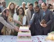 لاہور: پی ایچ اے ایمپلائز یونین کے اراکین جیلانی پارک میں کرسمس کا کیک ..