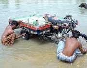 حیدر آباد: دو شہری چنگچی رکشے کو دھونے میں مصروف ہیں۔