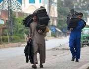 راولپنڈی: محنت کش پھیری لگا کر جیکٹیں فروخت کررہے ہیں۔