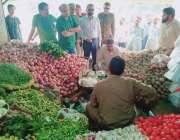 لاہور: چیئرمین پرائس کنٹرول کمیٹی میاں عثمان سبزہ زار کے دورہ کے موقع ..