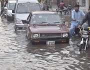لاہور: شہر میں موسلا دھار بارش کے بعد گڑھی شاہو چوک میں جمع پانی میں ..