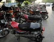 اسلام آباد: ایف سیون ٹو پلازے نے پارکنگ مین روڈ پر بنا رکھی ہے جس کی ..