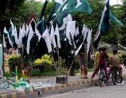 اسلام آباد: جشن آزادی کے سلسلے میں ایک سٹال سے بچے سائیکل پر لگانے کے ..