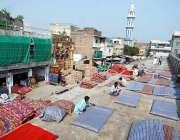 راولپنڈی: موسم سرما کے پیش نظر مزدور رضائیاں تیار کررہے ہیں۔