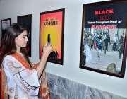 حیدر آباد: مہران آرٹس کونسل میں دو روزہ تصویری نمائش میں ایک طالبہ موبائل ..