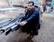 لاہور:مزدوروں کے عالمی دن سے بے خبر محنت کش ہتھ ریڑھی پر وزنی سامان ..