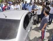 لاہور: ینگ ڈاکٹرز میں جیل روڈ پر احتجاج کے دوران گاڑی کو روک رکھا ہے۔