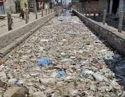 فیصل آباد:کچرے کی وجہ سے نالے کا پانی رکا ہوا ہے، متعلقہ ادارے کی توجہ ..
