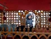 راولپنڈی: چہلم امام حسین(رض) کے موقع پر خواتین جھولے کی زیارت کر رہی ..