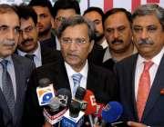 راولپنڈی: وزیر تجارت پرویز ملک راول ایکسپو کا افتتاح کرنے کے بعد میڈیا ..