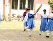 لاہور: فاطمہ گرلز ہائی سکول مزنگ میں طالبات کرکٹ کھیل رہی ہیں۔