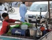 اسلام آباد: کمسن بچہ روڈ کنارے موسمی پھل کا مشروب فروخت کر رہا ہے۔
