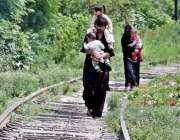 راولپنڈی: مریڑ ریلوے ٹریک پر ایک شخص کسی خطرے کی پرواہ کئے بغیر اپنے ..