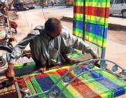 بہاولپور: ایک محنت کش روایتی انداز سے بیڈ بنا رہا ہے۔