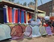 فیصل آباد: جڑانوالہ روڈ پر ایک شخص نے مچھر دانیاں فروخت کرنے کے لیے ..
