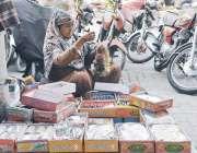 فیصل آباد: مزدوروں کے عالمی دن اور حقوق سے بے خبر ایک محنت کش خاتون چوریاں ..