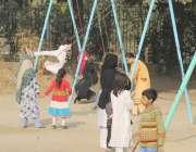 لاہور: باغ جناح میں سیر و تفریح کے لیے آئے بچے جھولوں سے لطف اندوز ہو ..