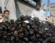 راولپنڈی: ریڑھی بان سنگھاڑے فروخت کررہا ہے۔