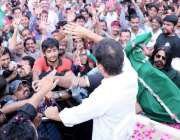 لاہور: تحریک انصاف کے چیئرمین عمران خان داتا دربار پر حاضری کے بعد ہاتھ ..