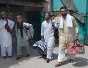 ملتان: اعتکاف پر بیٹھنے کے لیے روزہ دار رکن عالم مسجد میں آر ہے ہیں۔